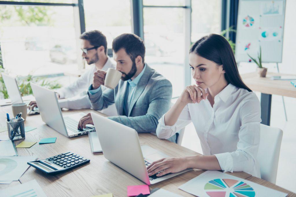 Collega's die zich concentreren op hun werk op laptops